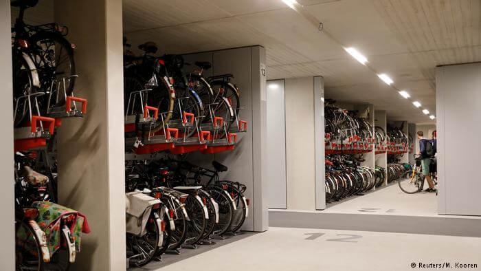 gedung parkir sepeda di belanda