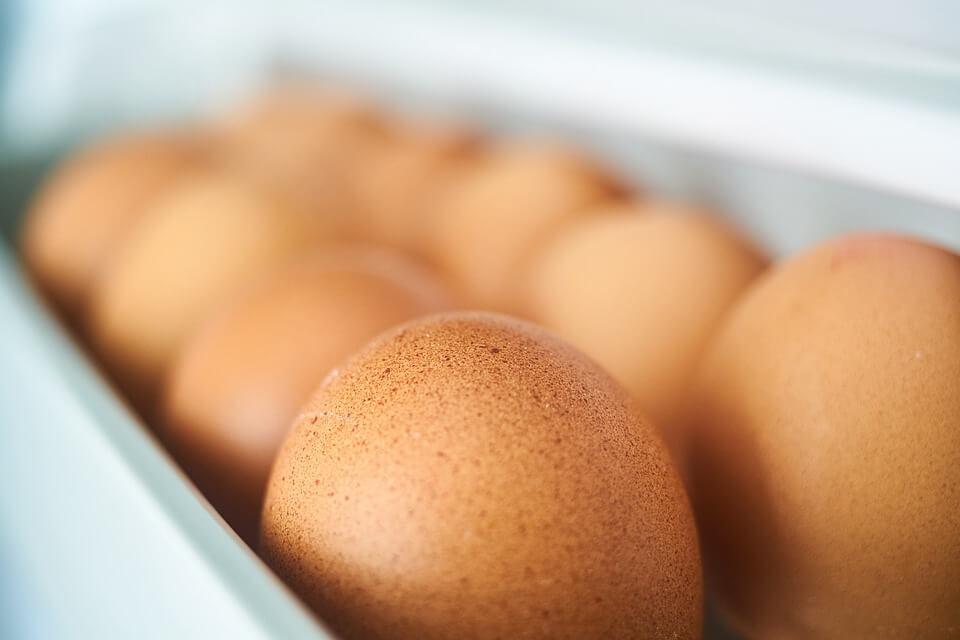 10 Makanan yang Sebaiknya Tidak Disimpan di Dalam Kulkas telur
