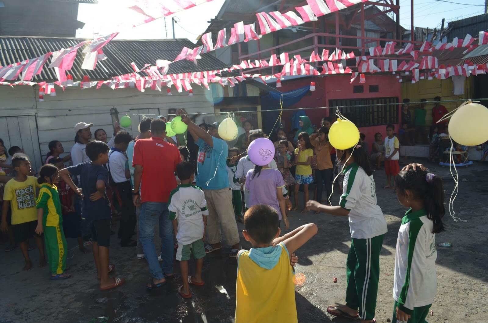 lomba 17 agustus agustusan memecahkan balon isi air