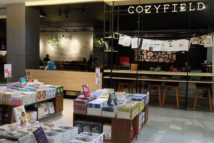 Sensasi Nongkrong Santai Sambi Baca Buku di Kafe Cozyfield