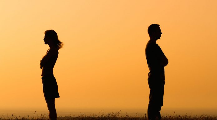 3 Pertanda Bahwa Pasangan Mencoba Memanipulasimu secara Emosional