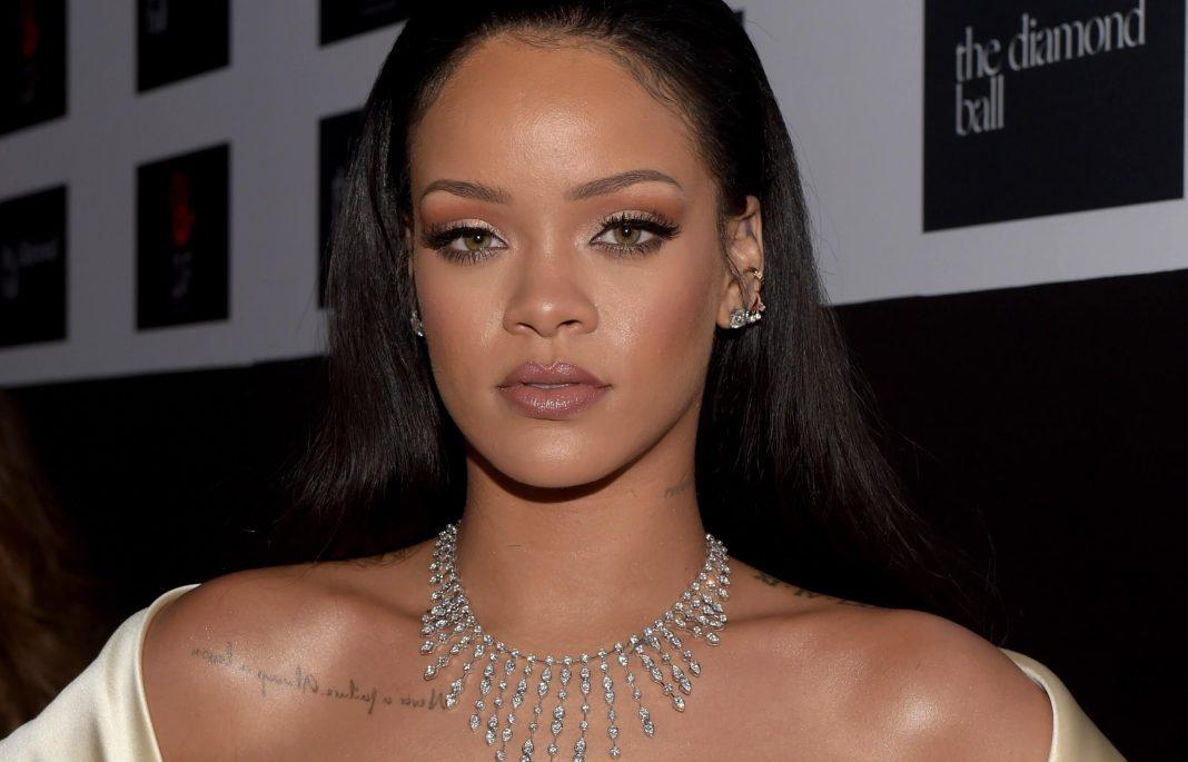 Seniman ini Melukis Potrait Rihanna dengan Menggunakan Kosmetik Fenty Beauty!
