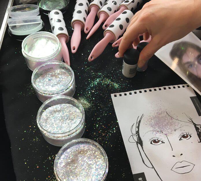 Ladies, Siap Sambut Tren Glitter Forehead?