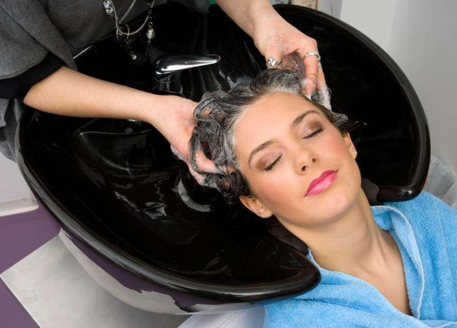 Seberapa Seringkah Kita Seharusnya Mencuci Rambut?