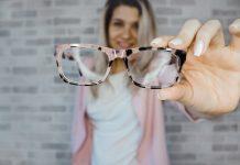 Tips Memilih Bingkai Kacamata Berdasarkan Bentuk Wajah