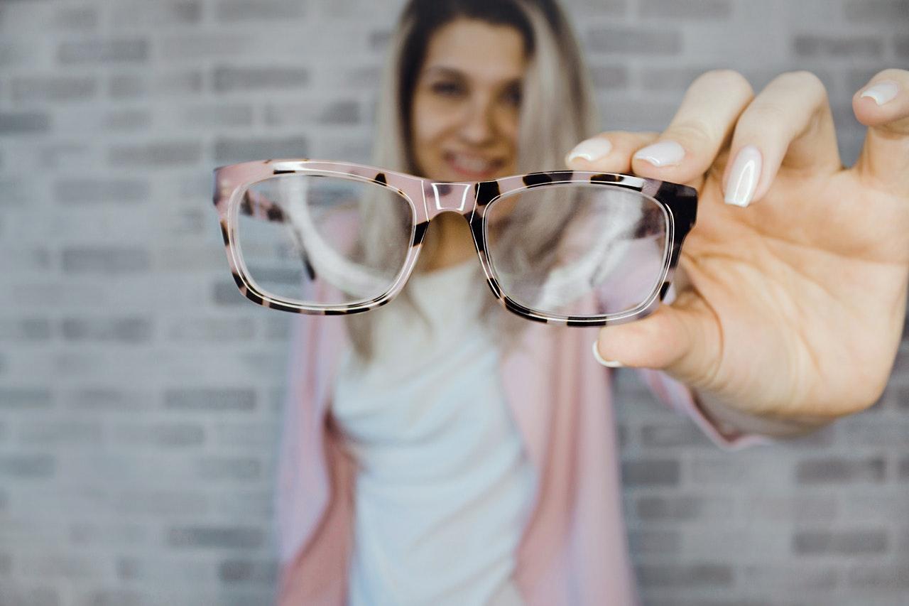 Tips Memilih Bingkai Kacamata Berdasarkan Bentuk Wajah - MeraMuda 76364aeec6