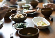 5 Etika Makan dengan Sumpit yang Harus Kamu Ketahui