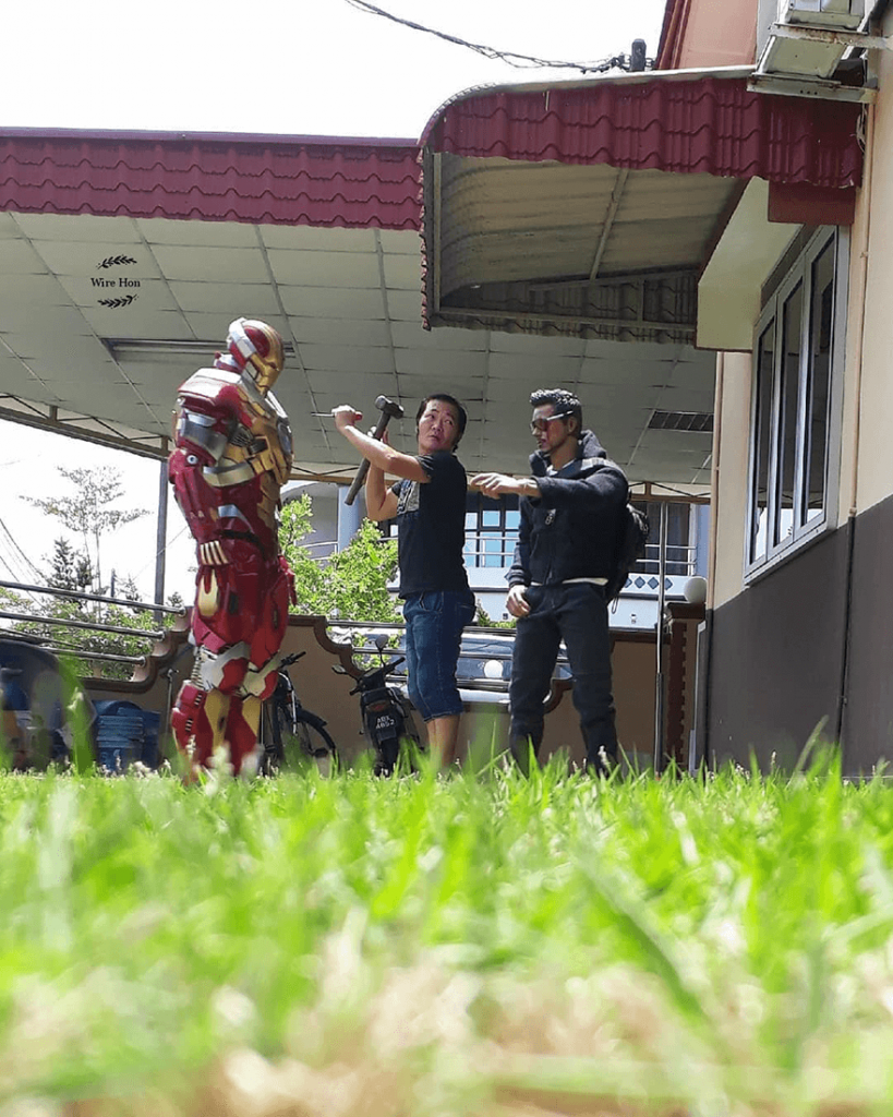 """Jenius! Pria Ini Sukses """"Foto Bareng"""" dengan Para Superhero"""