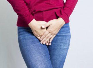 Ketahui Faktor-Faktor Penyebab Rasa Gatal Pada Vagina Sebagai wanita, kita memang perlu aware dengan kondisi organ intim ya, Ladies. Kamu perlu memberikan perhatian yang lebih supaya kesehatan miss V tetap terjaga dengan baik. Salah satu masalah yang kerap terjadi pada vagina adalah rasa gatal. Ini umum terjadi pada anak-anak hingga dewasa. Apa sih sebenarnya penyebab gatalnya vagina? Infeksi Jamur Foto: medicalnewstoday.com Hal yang paling umum menjadi penyebab vagina gatal adalah jamur yang tumbuhnya berlebihan pada area vagina dan juga vulva sehingga menyebabkan infeksi. Selain gatal, jamur ini juga menyebabkan vagina bisa mengeluarkan cairan putih dan kental seperti kamu sedang keputihan. Infeksi ini akan lebih beresiko pada ibu hamil, jadi supaya tidak ada resiko yang lebih membahayakan, selalu jaga kebersihan vagina ya, Ladies. Penggunaan Bahan Kimia Berlebihan Selain infeksi jamur, penggunaan bahan kimia secara berlebihan juga menjadi pemicu timbulnya gatal di area vagina. Bahan kimia ini bisa saja berasal dari beragam produk. Mulai dari kondom, tisu, pembalut, sabun, dan masih banyak lagi yang lainya. Boleh menggunakan bahan-bahan kimia, tapi usahakan untuk tetap mengontrol penggunaanya. Dalam istilah medisnya, ini sering disebut dengan dermatitis kontak yakni jenis iritasi kulit yang disebabkan oleh alergi pada produk tertentu. Backterial Vaginosis Foto: selfcarer.com Tak hanya jamur saja yang perlu untuk diwaspadai, berlebihnya bakteri juga bisa menjadi penyebab munculnya rasa gatal pada vagina. Ketidakseimbangan bakteri baik dan bakteri jahat menjadi pemicu rasa gatal yang berlebihan. Selain rasa gatal, gejala lainnya adalah rasa perih, keluarnya cairan dan aroma tidak sedap dari vagina. Jika penyebabnya adalah bakteri, obat yang bisa dikonsumsi adalah antibiotik. Namun tentu saja untuk penanganan lebih lanjut lebih baik merujuk ke dokter. Penyakit Kelamin Penyebab lainnya yang mungkin saja terjadi adalah penyakit kelamin seperti halnya herpes, genital kl