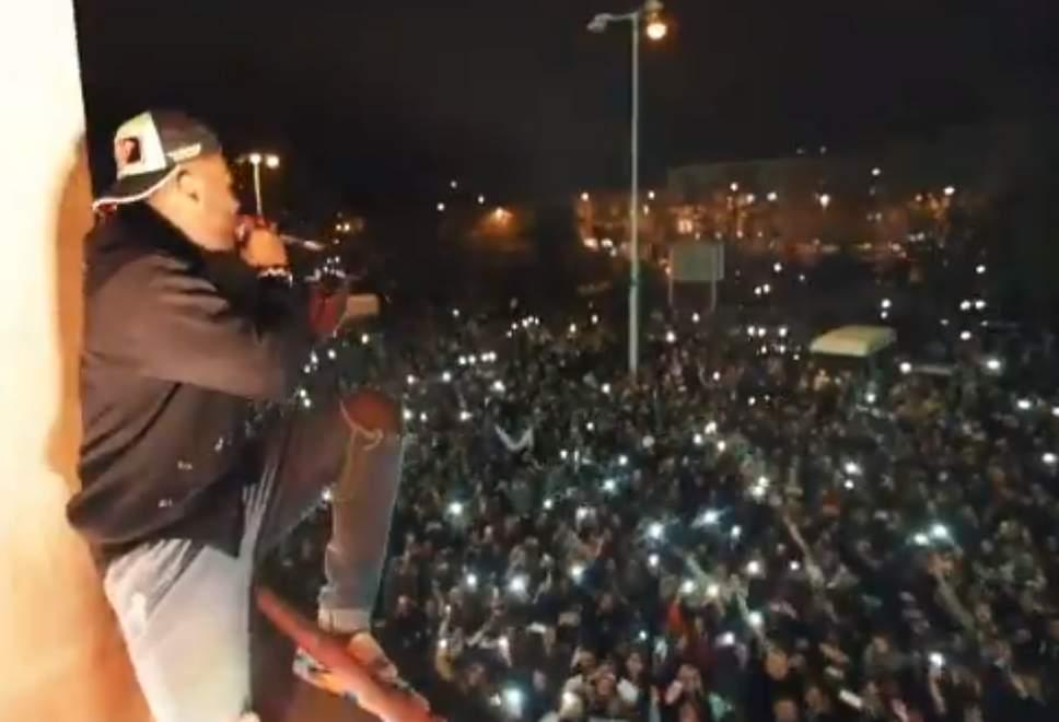Batal Konser di Prague, Jason Derulo Gelar Konser Khusus di Balkon untuk Para Fansnya