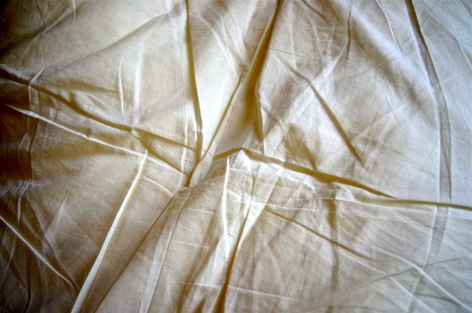Sederet Alasan Mengapa Kamu Harus Rutin Mencuci Seprai Tempat Tidur