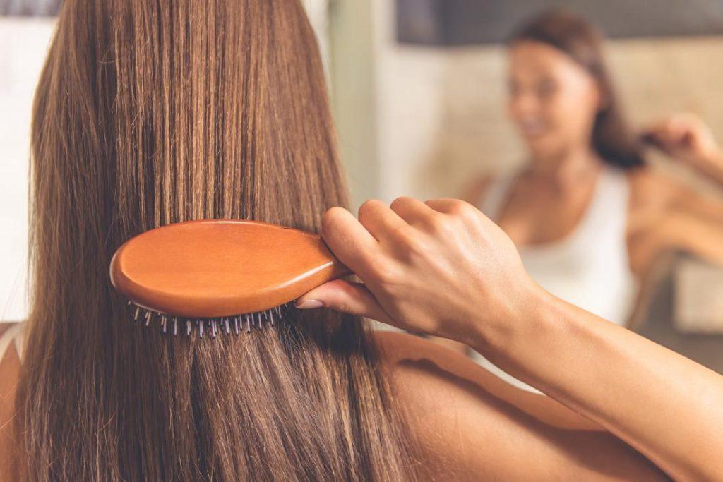 Cara Merawat Rambut yang Terlalu Banyak Treatment Salon Foto: greatis.com Bolak-balik mencoba beragam gaya rambut di salon akan membuat rambut rusak jika tidak dilakukan perawatan dengan baik. Coba sebut beberapa treatment yang udah pernah kamu coba! Bleaching lalu diwarna, kemudian dicatok, menggunakan hair dryer? Semuanya punya risiko sendiri dan lama-kelamaan akan membuat rambut gampang rusak juga. Maka dari itulah treatment secara rutin akan menyelamatkan rambutmu. Jangan sampai mahkota berhargamu rusak karena terlalu over-processed ya, Ladies. Berikut Ini cara membuat rambut tetap aman meskipun sering diwarnai dan terpapar heat styling tools. Gunakan Conditioner Sebagai Pengganti Shampo Foto: dudesanddivasbarberandstyleshop.com Jika dulu kamu menggunakan conditioner hanya dua atau tiga kali saja dalam seminggu, sekarang tidak lagi. Kamu perlu menggunakan conditioner dengan intensitas yang lebih sering. Bahkan untuk membuat rambut tetap aman, hal yang perlu kamu lakukan adalah menggunakan conditioner tanpa shampo. Conditioner brand apapun tidak masalah. Yang terpenting adalah cocok saat kamu gunakan dan tidak menyebabkan masalah lainnya. Gunakan Masker Sebagai Pengganti Conditioner Foto: garnierusa.com Jika sebelumnya menggunakan conditioner sebagai pengganti shampoo, selanjutnya adalah masker sebagai pengganti conditioner. Untuk masker, carilah yang di labelnya tertulis 'repairing' atau memperbaiki. Supaya rambutmu bisa sebagus sebelum melakukan berbagai perawatan. Masker rambut secara rutin juga ya, supaya kekuatan rambut masih tetap terjaga dengan lebih baik. Gunakan Vitamin Rambut Foto: healtline.com Selanjutnya yang perlu kamu lakukan adalah menggunakan vitamin rambut yang cocok. Apa vitamin rambut yang biasanya kamu pakai? Pilih vitamin ini dan gunakan secara rutin. Selain melindungi, vitamin juga akan memberikan nutrisi yang baik untuk rambut. Sekarang sudah banyak brand vitamin rambut yang tersedia di pasaran. Jadi, kamu perlu untuk memilih sesuai dengan