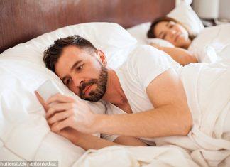 Pasanganmu Super Protektif dengan Ponselnya? Ini Alasannya