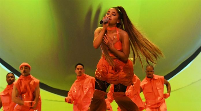 "Ariana Grande Berlinang Air Mata Bawakan ""Thank U, Next"" di Kampung Halaman Mac Miller"