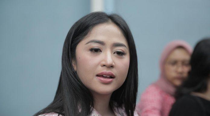 Dewi Perssik Ceritakan Detik-detik Sebelum Kepergian Sang Ayah