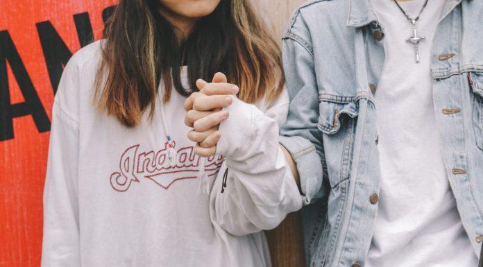 Kenapa Mereka yang Berpasangan Sering Berpegangan Tangan?