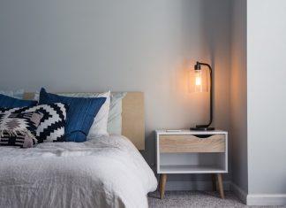 7 Ide Kreatif Dekorasi Meja atau Nakas di Samping Tempat Tidur