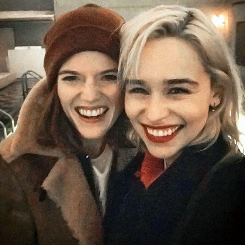 Alami Kejadian Unik saat Liburan, Emilia Clarke dan Rose Leslie Dirampok Monyet