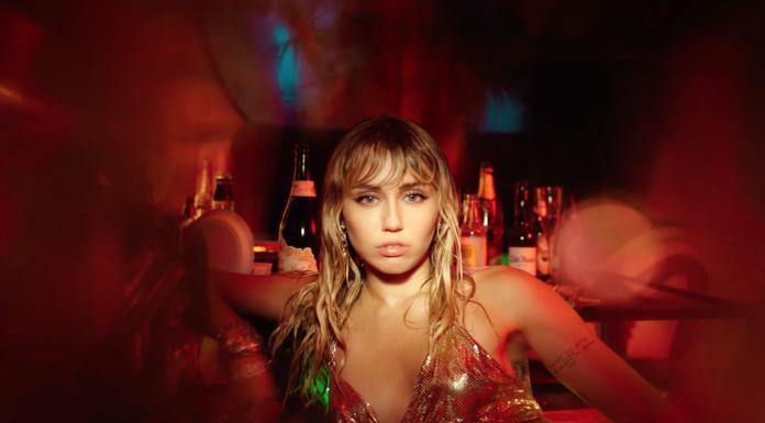 """Miley Cyrus Tunjukin Kesedihan dan Keputusasaan di Video Musik """"Slide Away"""""""