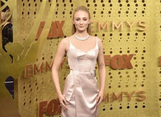 Sophie Turner Mengalami Fashion Emergency di Karpet Merah Emmy 2019