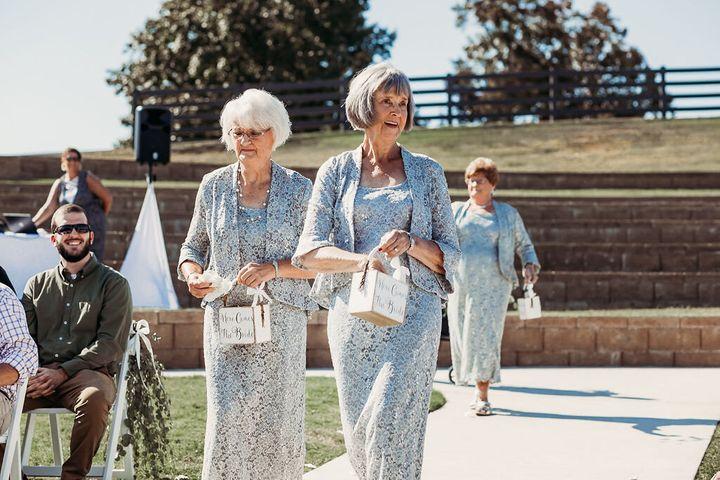 Pasangan Pengantin Merekrut 4 Nenek sebagai Pembawa Bunga dalam Pernikahan Mereka