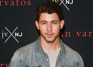 Oh No! Nick Jonas Digerayangi Penggemar Saat Konser Jonas Brothers