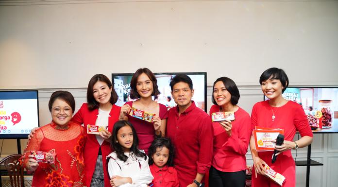 """Berbagi Hangatnya Kebersamaan Bersama Brand Ambassador Baru Good Time Indonesia Setiap orang pasti punya opini, kebiasaan, dan kesukaan yang berbeda. Ini baru di level individu aja ya, Ladies. Apalagi di tiap keluarga, pasti lebih banyak lagi tuh perbedaannya. Kamu pernah cerita-cerita dengan teman terdekat dan kaget, heran, atau takjub dengan tradisi keluarga mereka? Wajar dong, soalnya di #BedaKeluargaBedaCerita. Tapi bukan berarti itu jadi halangan untuk berbagi kehangatan ya, Ladies. Good Time Indonesia baru aja menunjuk Artika Sari Devi dan keluarga sebagai Brand Ambassador pertama mereka. Mengenai penunjukan ini, Marieska Widhiana, Marketing Director Arnott's Indonesia dan timnya menilai keluarga Artika pantas dijadikan role model. """"Sebagai selebriti, beliau punya deretan kesibukan tapi tetap menjadi ibu rumah tangga yang sangat terlibat, kreatif, dan cerdas dalam merawat keluarga, khususnya dengan 2 anaknya. Beliau juga aktif berbagi tips dan trik untuk menambah wawasan dan pengetahuan followers-nya."""" Dengan Brand Ambassador baru ini, Good Time ingin mengajak keluarga Indonesia untuk lebih mengapresiasi momen kehangatan keluarga. Dengan berbagi hangatnya kelezatan Good Time, kamu juga bisa berbagi tips, trik, ide, resep, atau cerita keluarga kamu dengan tagar #BedaKeluargaBedaCerita, Ladies. Kampanye ini juga diharapkan bisa membuat sosial media menjadi tempat yang positif. Karena walaupun berbeda satu sama lain, kita bisa 'memanfaatkan' keunikan kita untuk berbagai hal yang positif. Setuju nggak, Ladies? """"Merupakan kehormatan untuk menjadi Brand Ambassador Good Time dan menjadi bagian dari kampanye #BedaKeluargaBedaCerita,"""" ujar Artika Sari Devi. """"Saya dan Baim percaya bahwa tiap keluarga memiliki cerita yang unik dan istimewa. Kita perlu membuang jauh kebiasaan membandingkan cerita keluarga kita dengan keluarga lain yang kita lihat di media sosial. Langkah awalnya adalah jujur pada kondisi keluarga kita, dan menerima semua situasi itu dengan penuh syukur da"""