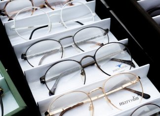 Kebijakan Baru Melarang Wanita di Jepang Menggunakan Kacamata Saat Kerja