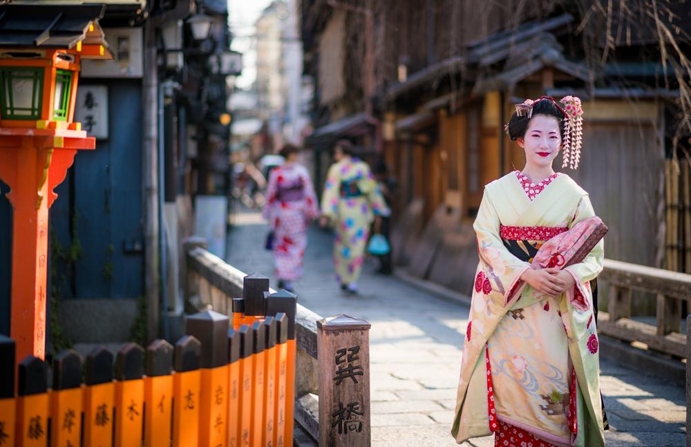 Wisatawan Dilarang Mengambil Foto Geisha di Jalan Pribadi Distrik Kyoto