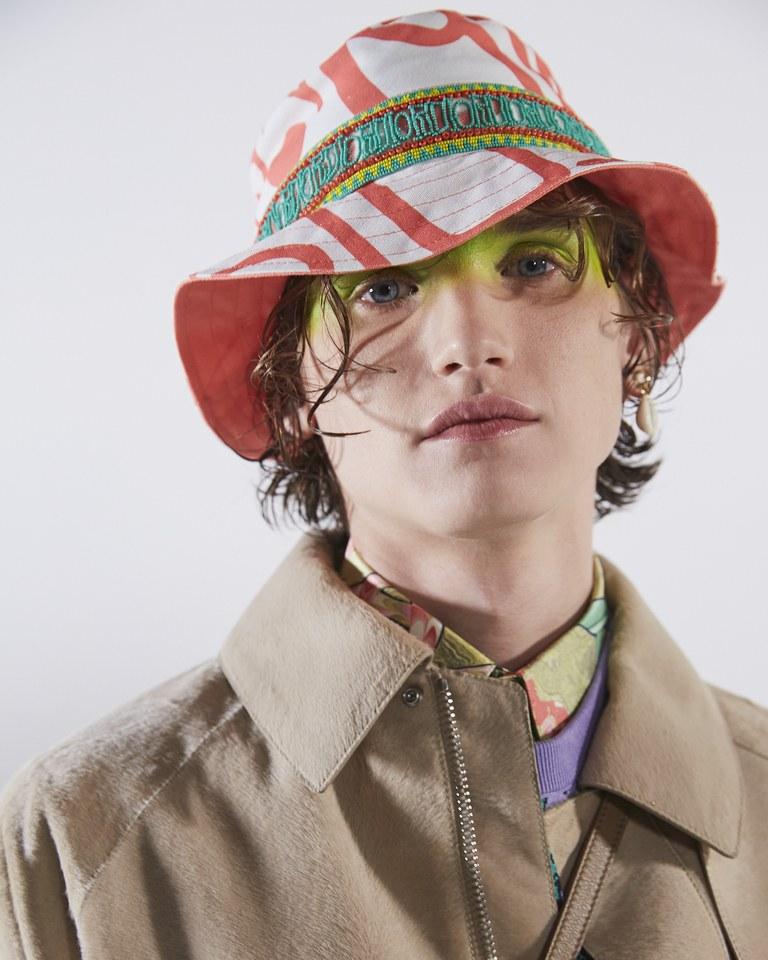 Peragaan Busana Dior Dihiasi Model Pria dengan Makeup Neon Tebal
