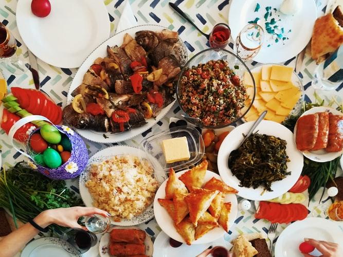 Tips Tetap Diet Saat Makan dengan Keluarga Besar