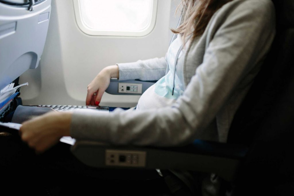 Cegah Kaki Bengkak saat Penerbangan Panjang dengan Tips Berikut