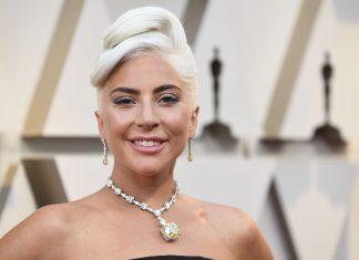 Lady Gaga Tertangkap Kamera Berciuman Dengan Pria Misterius Tepat Malam Tahun Baru
