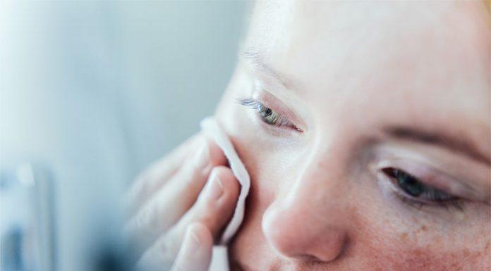 Benarkah Cuci Muka di Shower Buruk untuk Kulit?