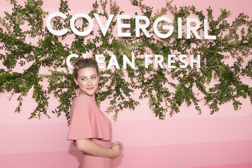 Lili Reinhart Mulai Mencoba Makeup karena Dua YouTuber Ini