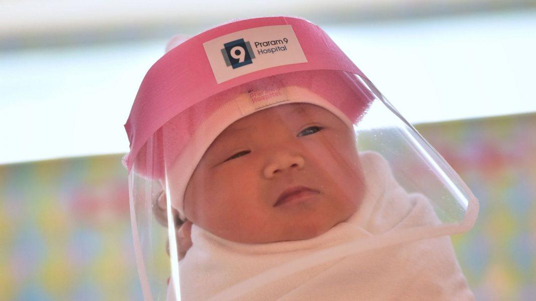 Waspada Penularan COVID-19, Rumah Sakit di Thailand Siapkan Perisai Wajah untuk Bayi yang Baru Lahir