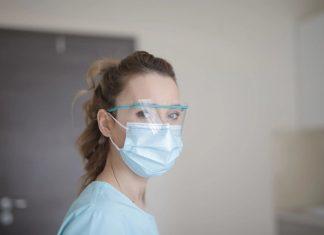 Skincare Saat kamu Pakai Masker Bedah Seharian di Cuaca Panas