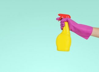 6 Hal yang Nggak Boleh Kamu Lakukan saat Membersihkan Barang dengan Alkohol
