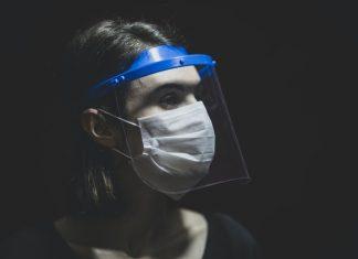 Mana yang Lebih Efektif? Face Mask atau Face Shield?