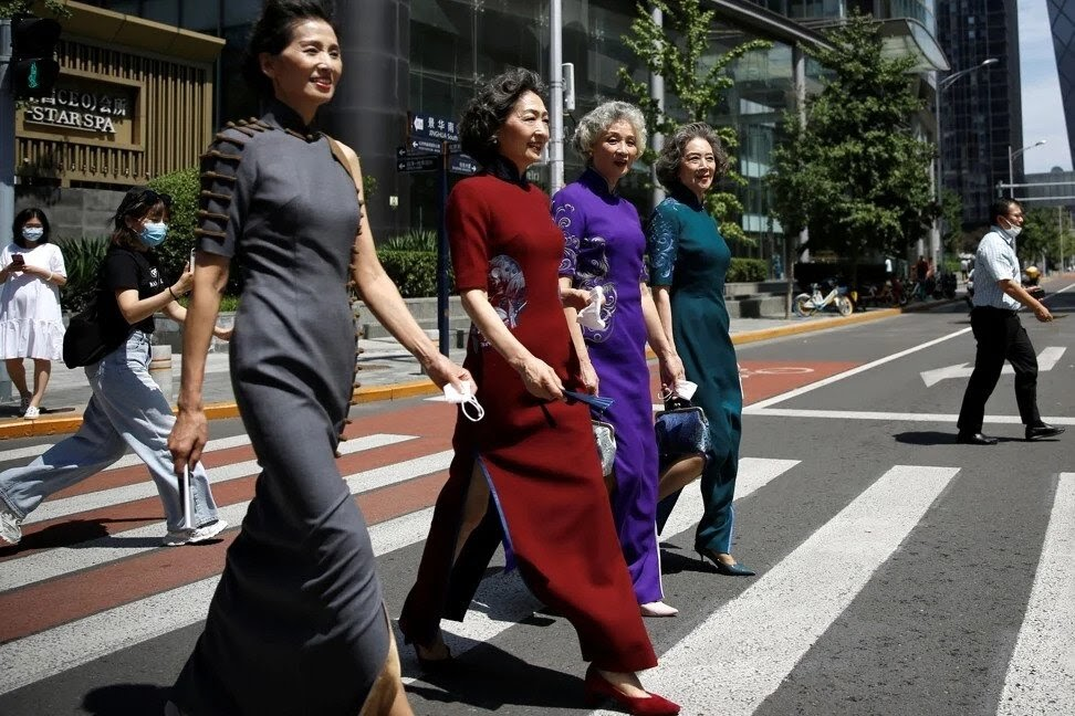 """Yuk Kenalan Sama """"Glamma Beijing"""", Empat Nenek yang Membuktikan Usia Hanya Angka"""