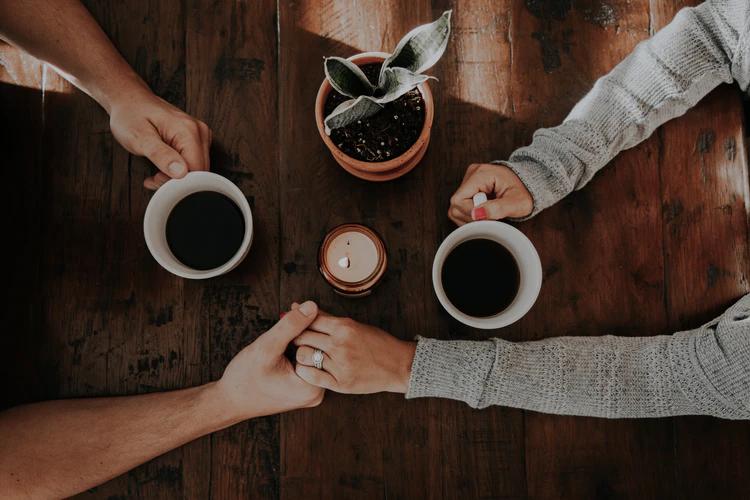 10 Topik Obrolan Seru untuk Bahan Ngobrol dengan Pasangan
