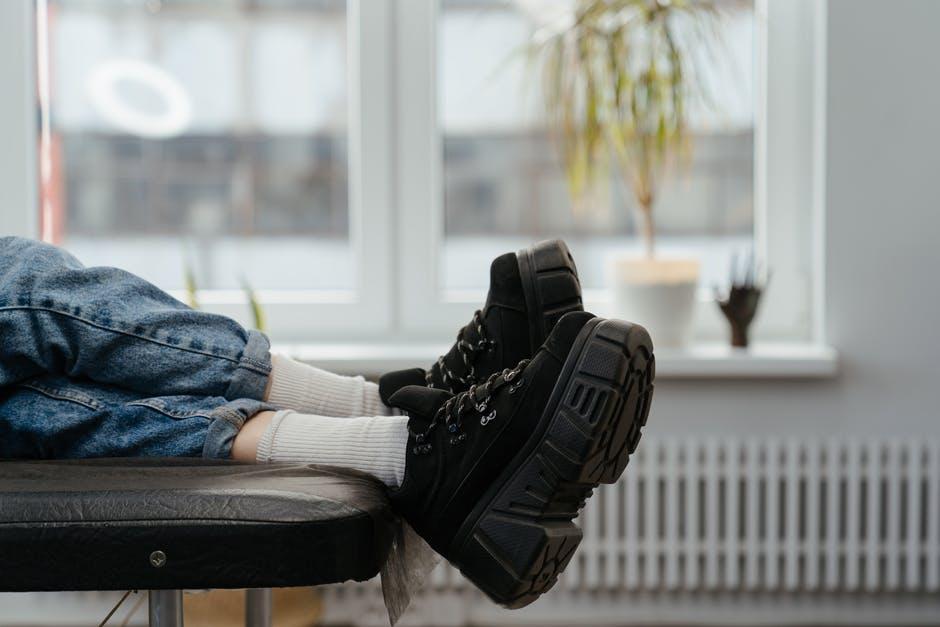 10 Tips Cara Menyimpan Sepatu di Rumah