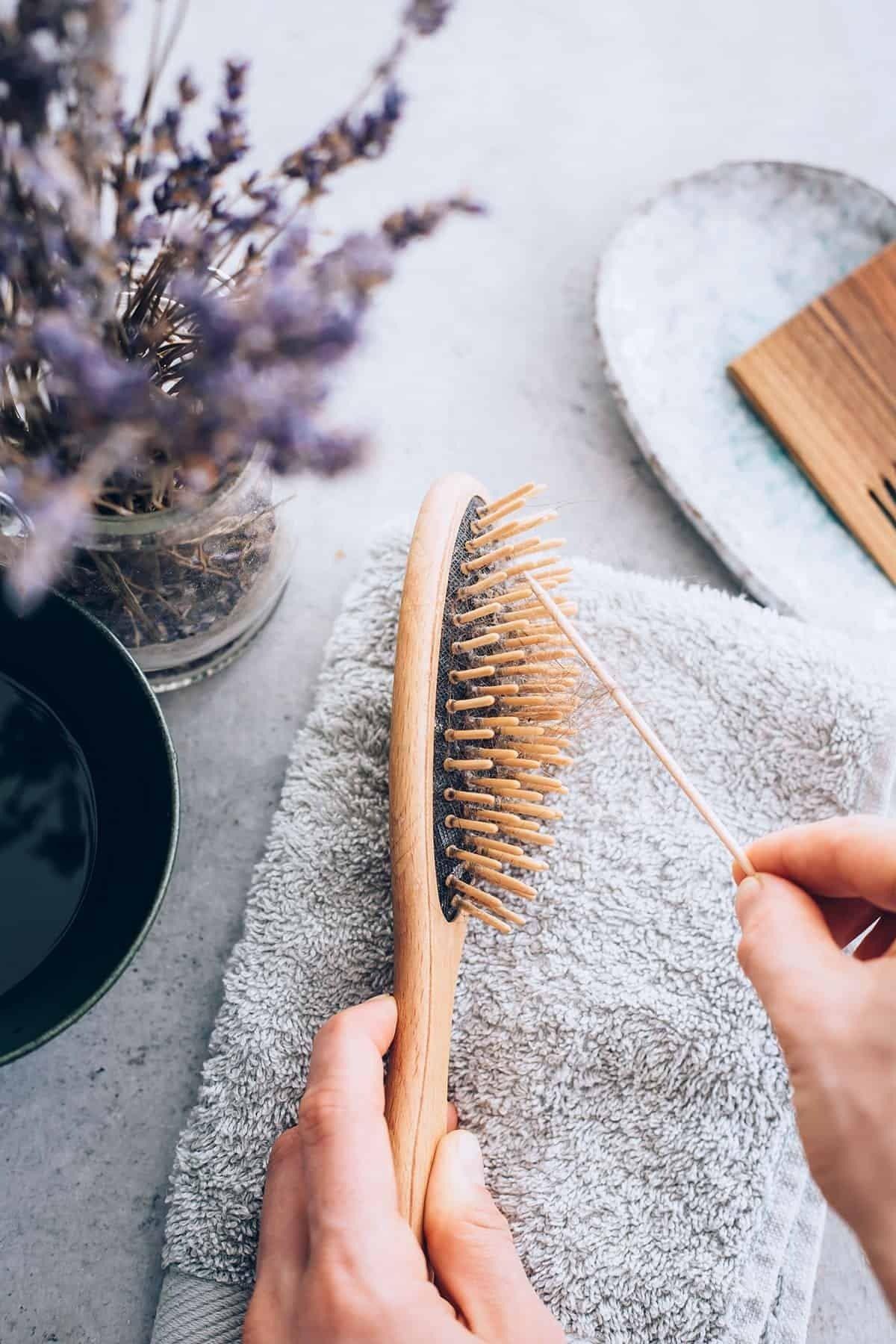 Tips Mudah Membersihkan Sisir dari Helai Rambut